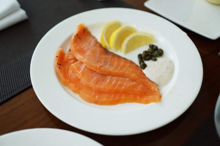 Un plat amb tres trossos de salmó fumat