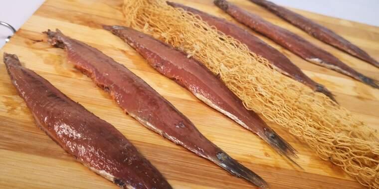 Les anxoves són els filets del seitó madurats en sal i conservats en oli d'oliva