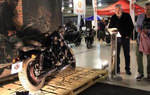 Imatge de l'expositor de Harley Davidson.