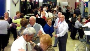 Gent gran ballant a un casal