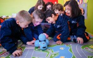 Petits i grans aprenen amb la teconologia: una metodologia nova i motivadora.