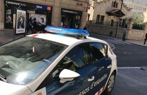 Un cotxe patrulla dels Mossos d'Esquadra davant de l'oficina del BBVA del carrer de Sant Joan.