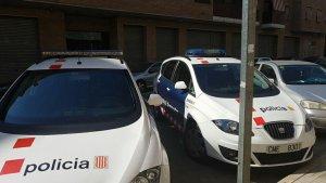 Els Mossos d'Esquadra al carrer Monestir de Ripoll.