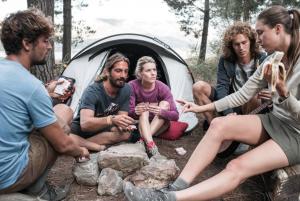 Fer una acampada amb amics o família és molt divertit.