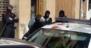 Agents dels Mossos d'Esquadra amb un dels detinguts en la batuda policial