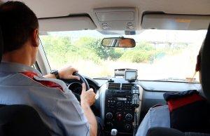 Imatge de dos agents dels Mossos d'esquadra durant una patrulla rural