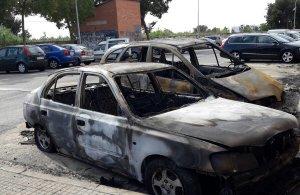 Imatge dels dos vehicles calcinats al carrer Mas Pellicer de Reus.