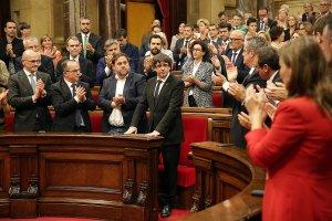 El president de la Generalitat, Carles Puigdemont, rep l'aplaudiment dels diputats de Junts pel Sí.