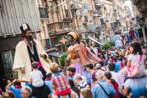 Els carrers de Reus plens de gent gaudint de la cercavila
