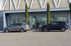 Imatge dels vehicles de la Guàrdia Civil a l'exterior de l'edifici 112 de Reus.