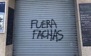 Imatge de la porta del bar atacat, a la plaça de l'Abat Oliva.
