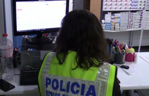 Imatge de l'escorcoll a la farmàcia de Reus per part dels Mossos d'Esquadra.