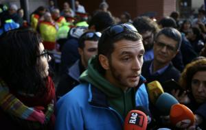 Oriol Ciurana, en primer pla, acompanyat de Marta Llorens, davant dels Jutjats.