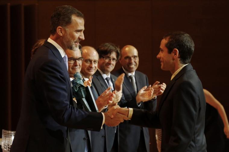 Imatge de Bernat Ollé rebent el premi de la mà del rei Felip VI, a Girona.