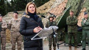 La ministra espanyola de Defensa atenent els mitjans.