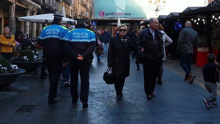 Agents de la Guàrdia Urbana pel centre de Reus.