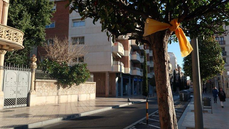El carrer de Sant Joan, ple de llaços grocs.