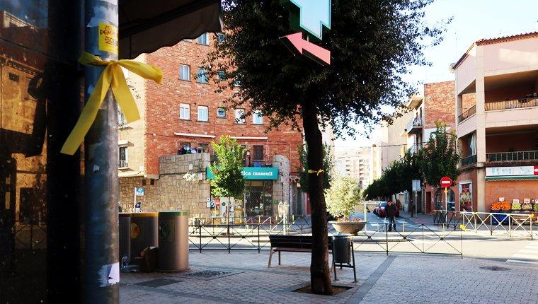 El carrer del Vent és ple de llaços grocs.
