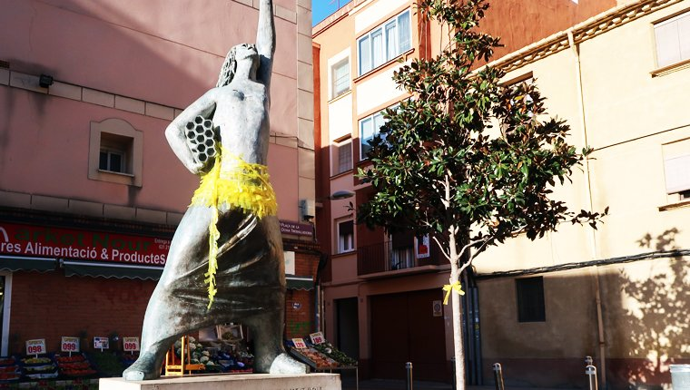 La plaça de la Dona Treballadora, de groc.