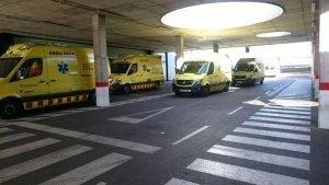Imatge d'un grup d'unes deu ambulàncies a l'exterior d'Urgències de l'Hospital Sant Joan de Reus.