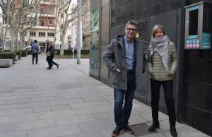 Els regidors Marc Arza i Noemí Llauradó davant del desfibril·lador instal·lat a la plaça Llibertat.