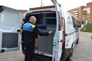 Un agent de la Guàrdia Urbana de Reus mostra la part posterior de la nova furgoneta d'atestats.