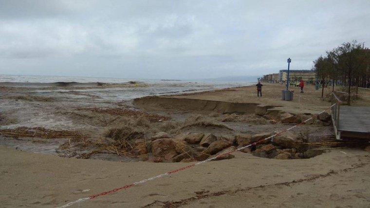 Imatge de la desembocadura del barranc de Barenys a la platja de Ponent de Salou.