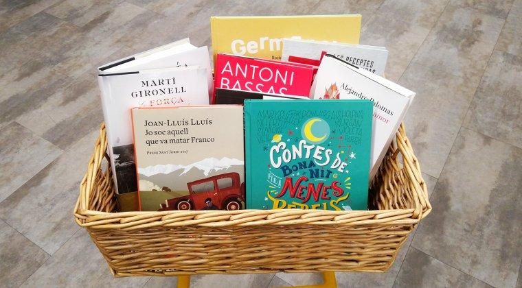 Imatge de la panera de llibres que sortegem amb Galatea Llibres.