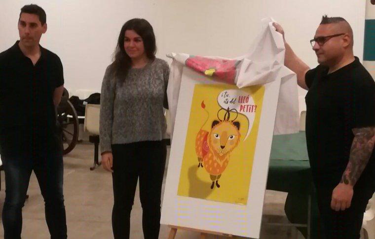 La il·lustradora, Aina Martín, amb el secretari i el cap de colla del Lleó de Reus.
