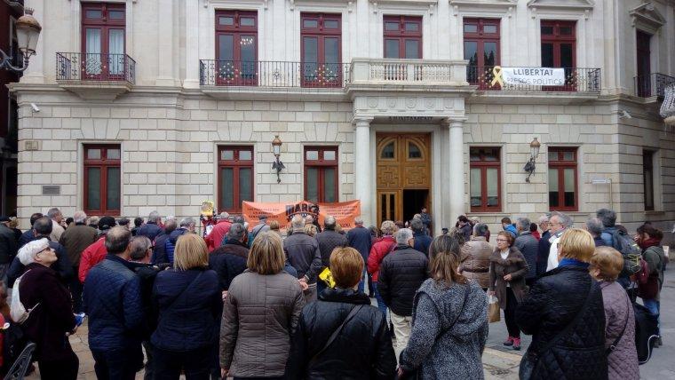 Prop d'un centenar de persones s'han concentrat en defensa del sistema de pensions