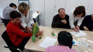Usuaris utilitzant les aplicacions digitals i robòtiques terapèutiques