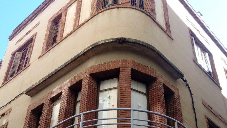 El rusc d'abelles s'ha localitzat en un dels edificis que fa cantonada entre el carrer Major i el carrer de la Racona