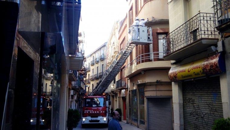 Els Bombers de la Generalitat retiren un rusc d'abelles al carrer Major de Reus