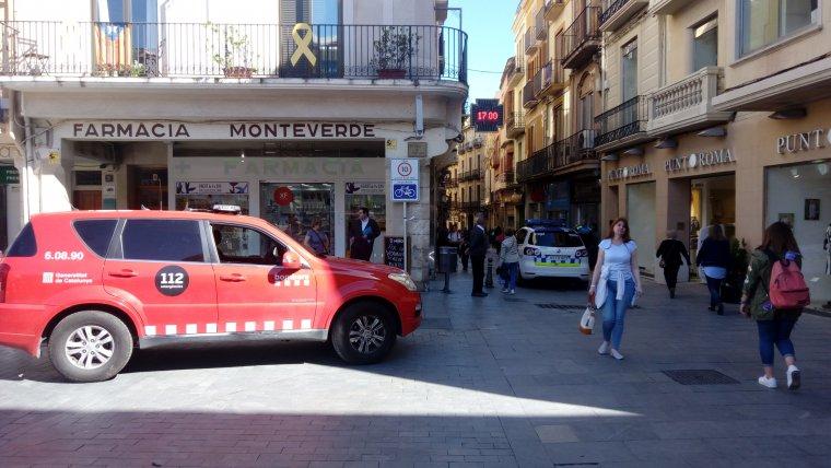 L'operatiu dels Bombers i la Guàrdia Urbana s'ha mobilitzat al començament del carrer Major