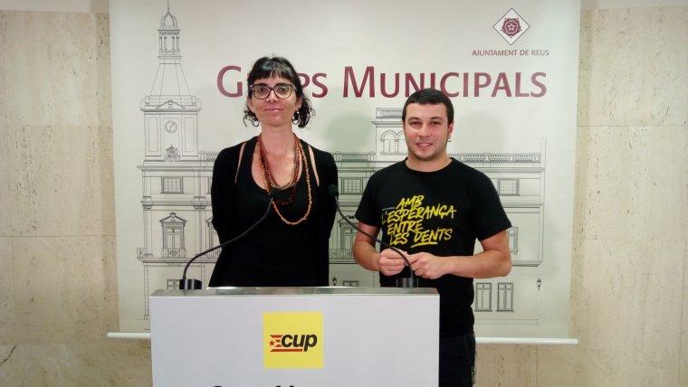 Marta Llorens, portaveu de la CUP a l'Ajuntament de Reus, i Edgar Fernández, regidor de la CUP