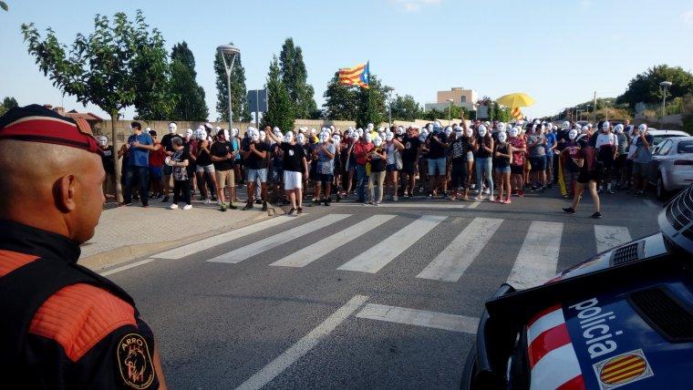 Imatge dels manifestants, tots amb caretes blanques