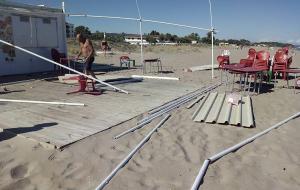 El fenomen ha afectat una de les guinguetes de la platja creixellenca.