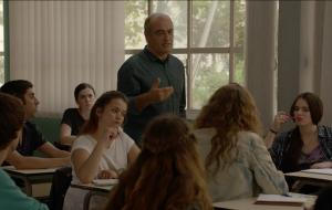 Judith Aspa, al fons del fotograma, és una de les 'alumnes' del personatge que interpreta Francesc Orella