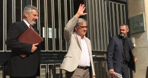 Eduard Rovira, alcalde de Torredembarra, saludant els concentrats davant dels jutjats, en sortir-ne.