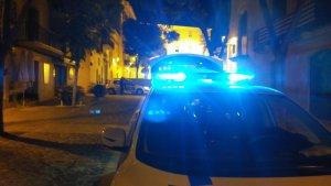 La Policia Local de Torredembarra i un vehicle de la Guàrdia Civil, al carrer Ample de Torredembarra.
