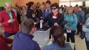 Una dona vota a primera hora del matí a l'escola Antoni Roig de Torredembarra