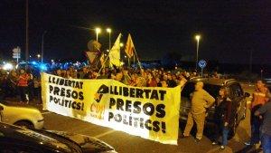 Desenes de ciutadans han bloquejat el peatge de l'AP-7 a Torredembarra