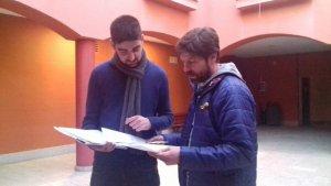 Jordi Molinera i Dani Franquès (EINA) repassen els documents amb la seva proposta