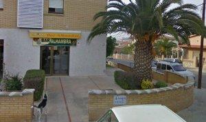 El bar Alhambra, a la cruïlla entre el carrer del Grèbol i l'avinguda de Sant Jordi de Torredembarra.