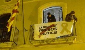 Els regidors de l'EINA, penjant la pancarta per la llibertat dels presos polítics a la façana de l'Ajuntament d'Altafulla.