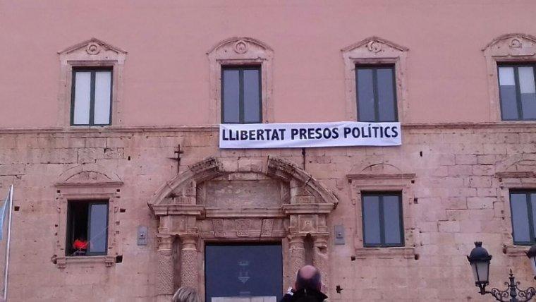 La pancarta ja està col·locada a la façana de l'Ajuntament de Torredembarra