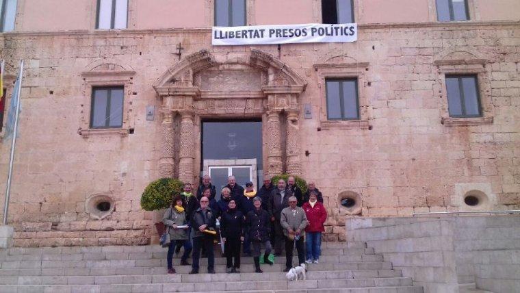 Membres del CDR de Torredembarra s'han volgut fotografiar sota la pancarta