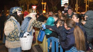 Imatge dels Reis d'Orient repartint caramels a Cambrils
