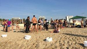 Imatge d'arxiu de voluntaris recollint residus a la platja.