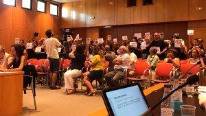 Els treballadors han comparegut al ple per denunciar l'augment de sous arbitrari.